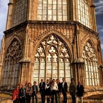 Los Amigos del Museo de Bellas Artes ante el Cimborrio de la Catedral