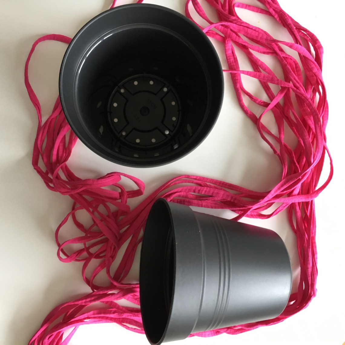 You need eight strands of yarn and plastic pots