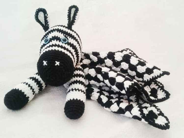 Zebra baby comforter - free crochet pattern