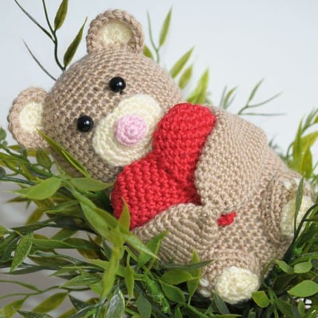 Crochet teddy bear holding a heart - amigurumi pattern