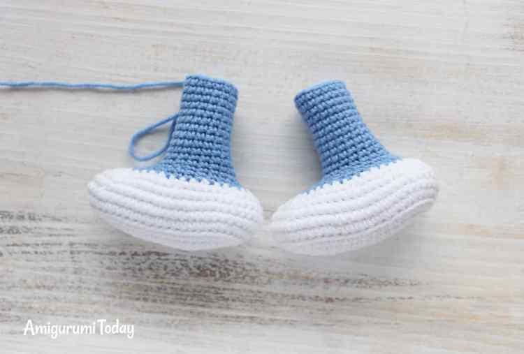 Crochet Smurfette amigurumi pattern - feet