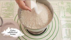 Прибавить соль в тесто