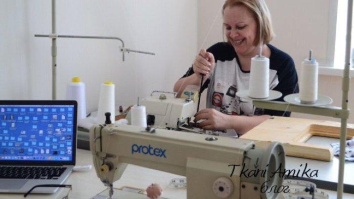 Я и швейные машинки в моей домашней мастерской