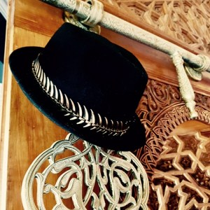 Chapeau feutre et dorures