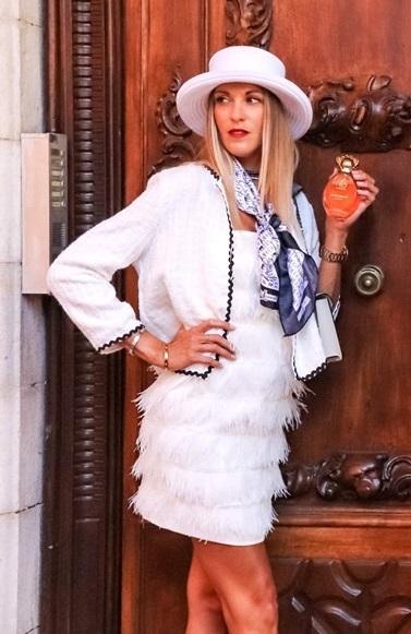 Robe blanche à plumes