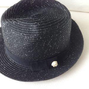 Chapeau noir paillete et camelia blanc