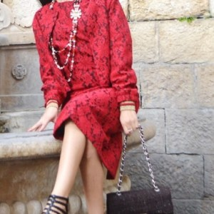 Robe rouge à motifs noirs