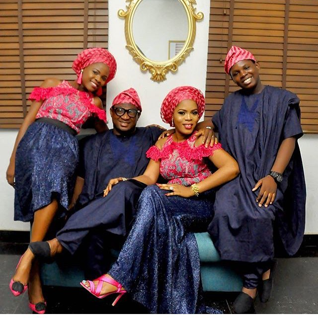 Gorgeous Families In Matching Outfits For Family Portraits