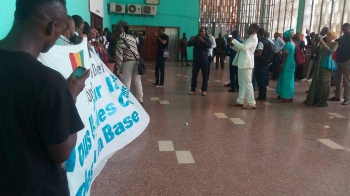 les acteurs de la société civile manifestent devant le parlement