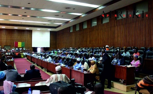 Des députés en train d'examiner un projet de loi dans les locaux de assemblée nationale