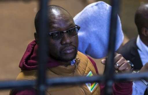 Arrivée de l'opposant politique zimbabwéen, Evan Mawarire, au tribunal d'Harare, le 28 juin 2017. | AFP | Jekesai NJIKIZANA