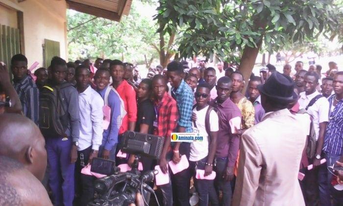Des étudiants de l'université de Sonfonia forment des rangées pour l'inscription