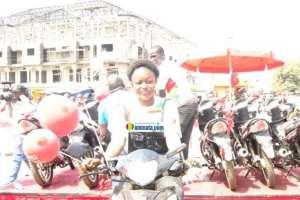 Une cliente de Cellcom raflant une moto