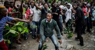 Des électeurs en colère attendent de pouvoir voter à Kinshasa, le 30 décembre 2018   AFP   Luis TATO