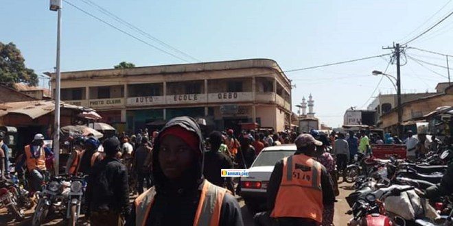 Des conducteurs de taxi-moto dans le centre ville de Labé
