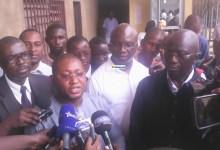 Faya Millimono avec ses avocats Me Salif Béavogui et Me Kabelé Camara devant le tribunal de première instance de Kaloum