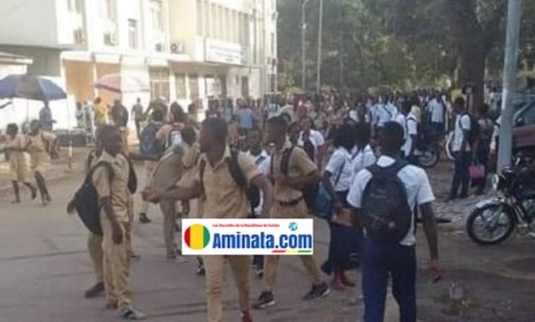 Manifestation d'élèves devant le ministère de l'éducation à Kaloum après la grève des enseignants