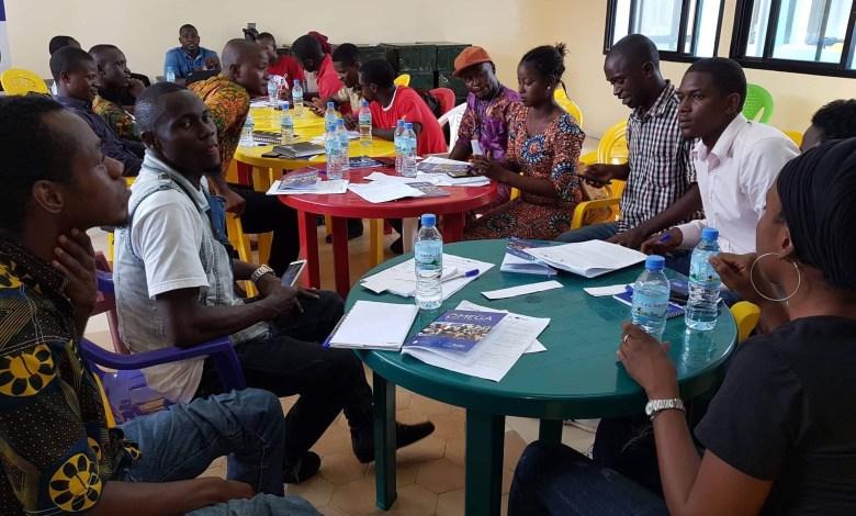 Un groupe de jeunes discutent sur la migration