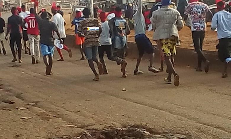 Des jeunes manifestants dans la rue à Enta