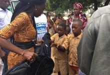 Maimouna Camara membre de l'Associatiton Hop remet des kits scolaires aux élèves de Coyah