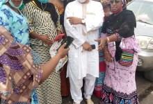 Chérif Abdallah, président du Groupe organisé des hommes d'affaires (GOHA) en compagnie des femmes bloquées à Dakar
