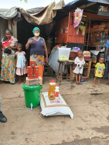 Une femme bénéficiaire des dons des vivres octroyés par la Fondation Diaka Camara