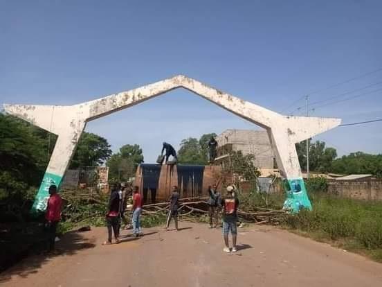 L'entrée de la ville de Labé barricadée par des jeunes