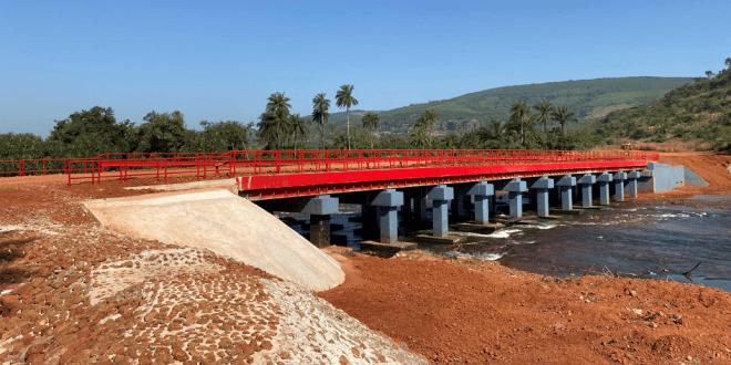 Un pont sur la rivière Samou