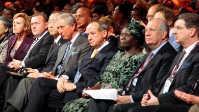 Wangari Maathai, lauréate du prix Nobel et nouvelle messagère de la paix des Nations Unies (au premier rang, quatrième à partir de la droite)