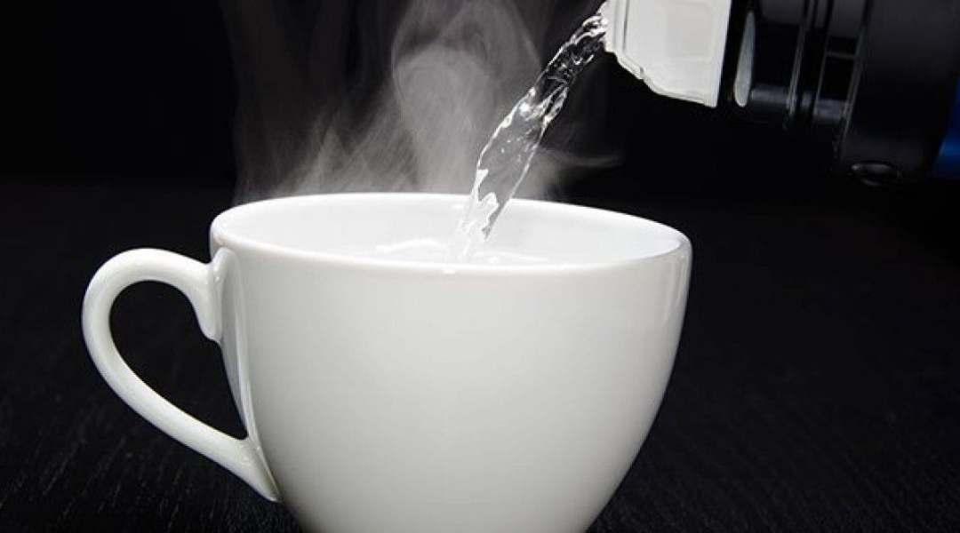 L'eau chaude décompose les graisses du corps et les mobilise en molécules, ce qui permet à votre système digestif de les brûler plus facilement. Réduit l'appétit: L'eau chaude aide à réduire l'appétit. Avaler un verre d' eau tiède 30 minutes avant de prendre votre repas peut vous aider à gérer votre apport calorique.
