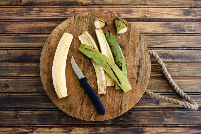 Comment éplucher la banane plantain verte ?