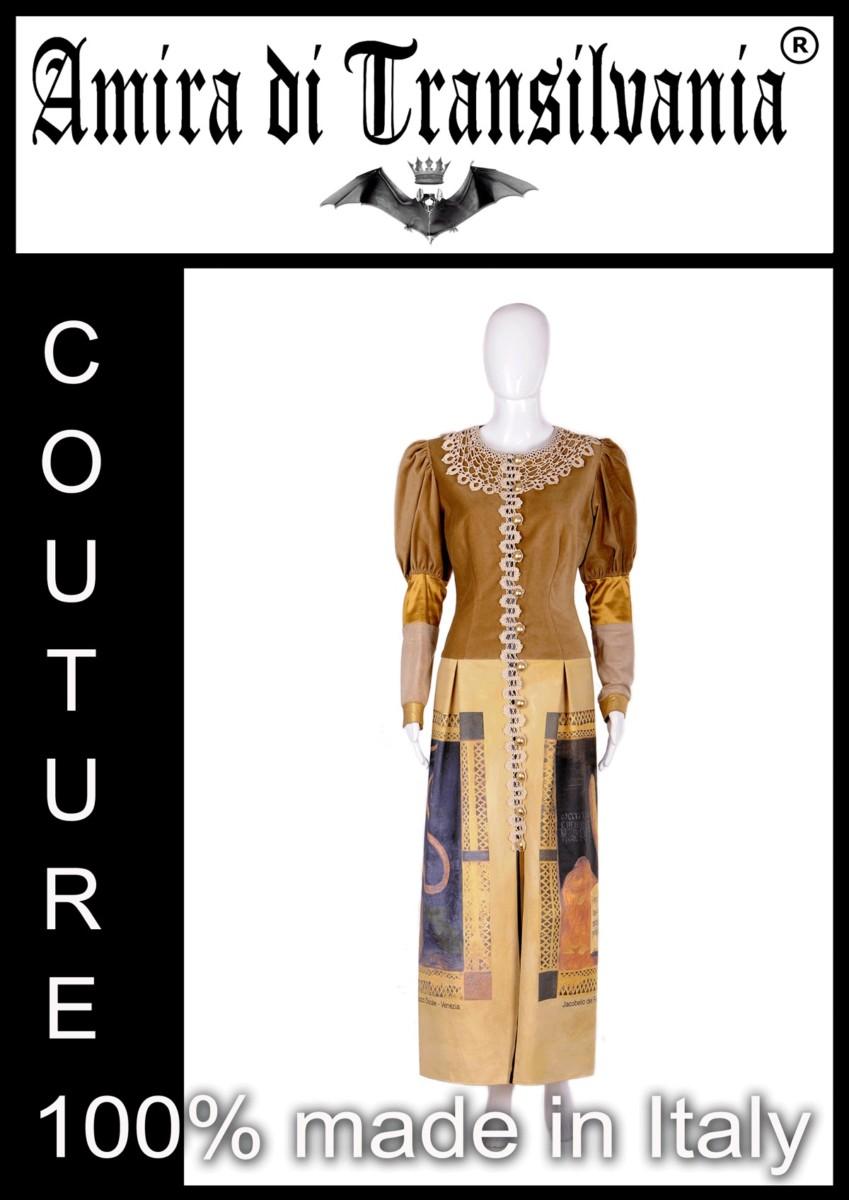 Abito couture beige in velluto e macramè con stampa veneziana