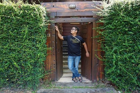 berposing dihadapan pintu masuk Royal Villa