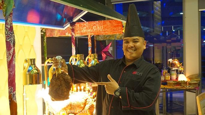 Chef bersama hidangan yang disediakan oleh beliau