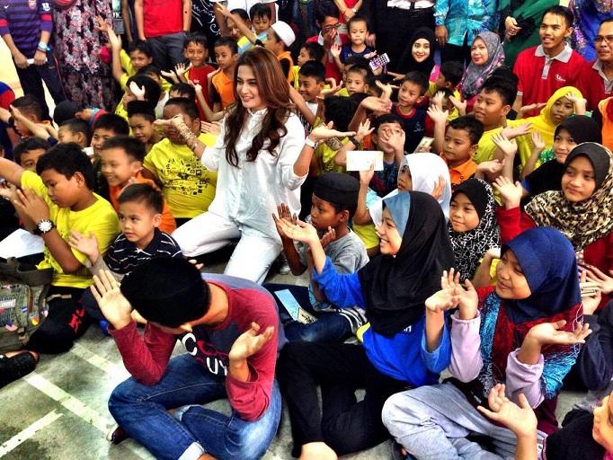 Reen Rahim bersama-anak-anak SBJK