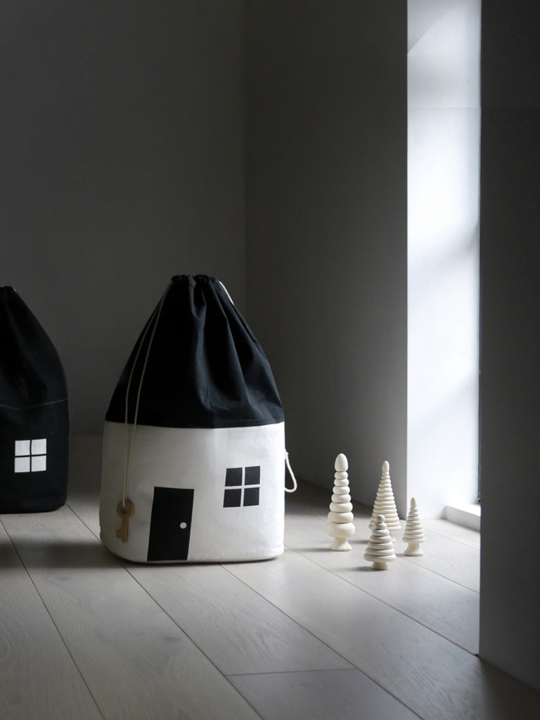 rock-and-pebble-house-storage-bag-toy-storage-laundry-bag-organic-cotton-canvas-black-and-white-main-768x1024