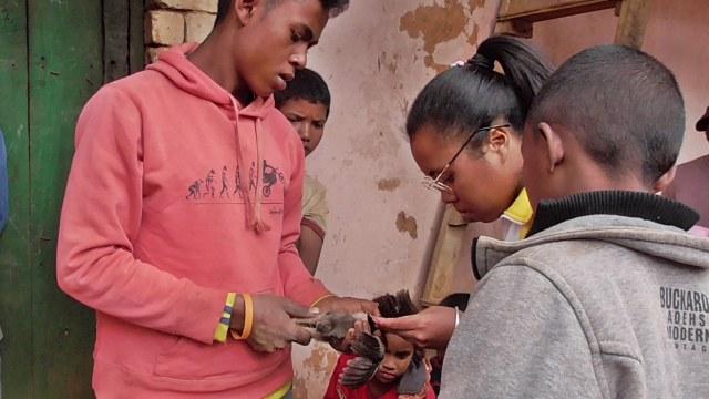 Une élève du centre vaccine les poulets