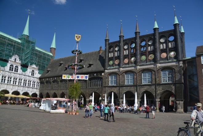 Lübecks Rathaus mit Marktplatz und Cafe Niederegger