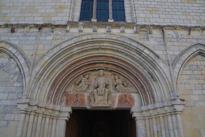 Madonna über dem Eingang der Èglise