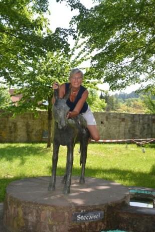 Auf dem Denkmal für einen Steinesel, der hart gearbeitet hat, Homburger Schlossplatz