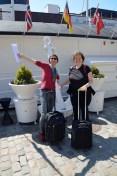 Ines und Birgit an ihrem Hotelschiff