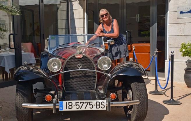 Ingrid in ihrem zweiten Traumauto - Bugatti