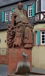 Brunnen vor der Kirche Kiedrich