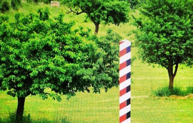 Grenzstele im Hügelland