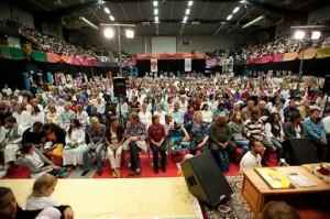 הקהל הרב מאזין לנאומו של הרב אווארהם סואטנדרופ
