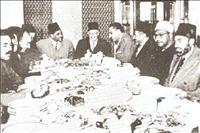حسن الهضيبي المرشد العام الثاني لجماعة الإخوان المسلمين يتوسط اجتماعاً وبجانبه الرئيس المصري الأسبق جمال عبدالناصر