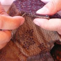"""Borsa patchwork ricamata con la tecnica del """"silk ribbon"""" e cucita a mano.."""