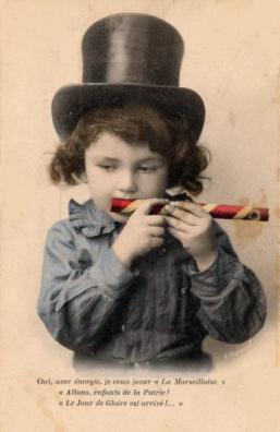 niño tocando un mirliton 1910
