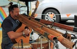 tocando didgeridoo australiano usando respiracion circular