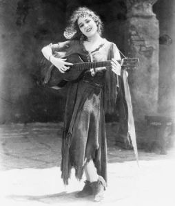 Actriz cine mudo - Mary Pickford - muestra tocando una guitarra y cantando
